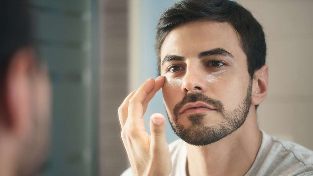 aftershave-man-apply-moisturizer