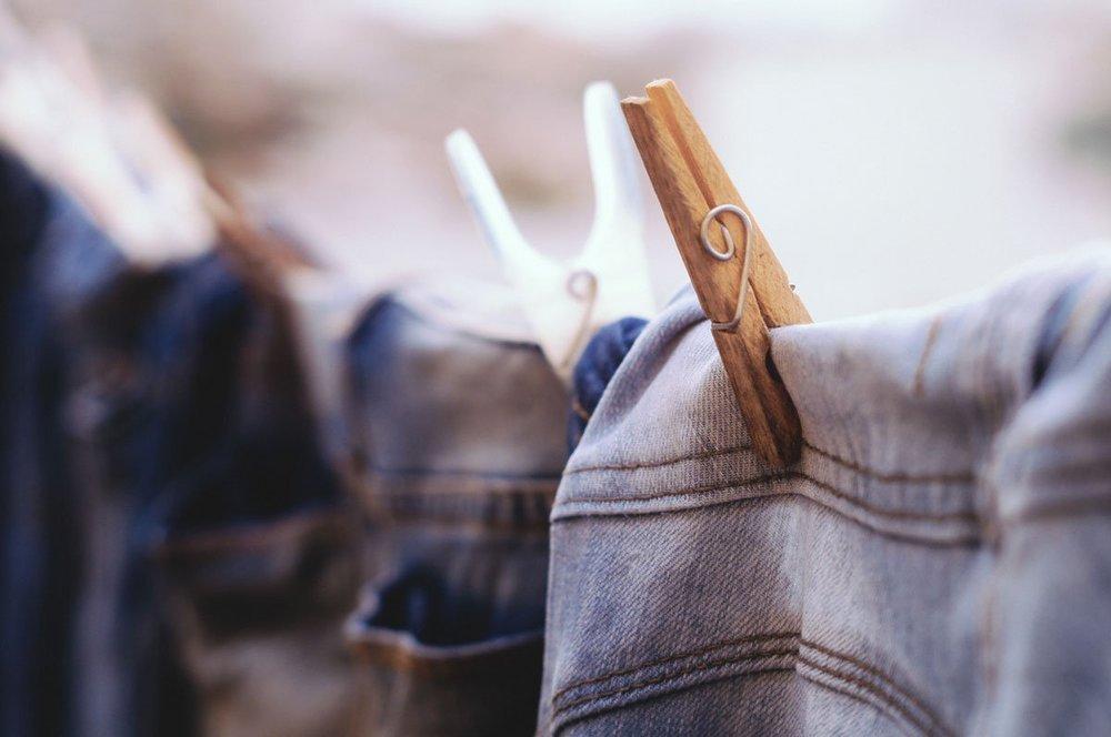 การ ดูแลเสื้อผ้า ตากยีนแบบกลับหัว โดยให้ขาแยกจากกัน เป็นการเเขวนที่ถูกวิธี