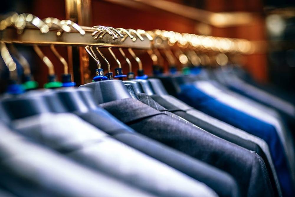 ดูแลเสื้อผ้า การแขวนสูทด้วยไม้แขวนที่รองรับช่วงบ่า